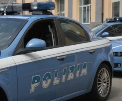 Polizia impegnata nella protezione dei bambini  migranti che giungono in Italia da soli